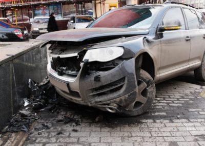 PaulaCar - zaparkowane rozbite auto po wypadku marka